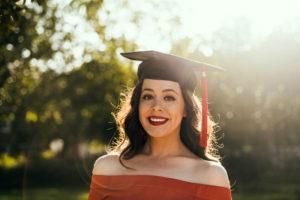 Studentessa appena laureata con vestito rosso