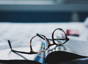 Libro e occhiali su una scrivania