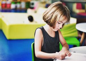 Bambina della scuola primaria